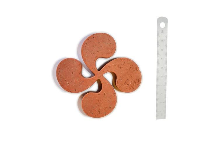 Croix Basque en terre cuite 10cm ép.2cm Rosé-Rouge Modelé Vieilli Main