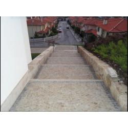 Escalier en pavés jaune et bordure gris bleu